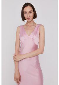 Pepe Jeans - Sukienka LILA. Kolor: różowy. Materiał: tkanina, satyna, materiał. Długość rękawa: na ramiączkach. Wzór: ze splotem. Typ sukienki: rozkloszowane