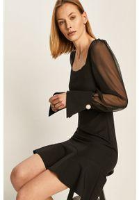 Czarna sukienka Answear Lab wakacyjna, z dekoltem karo, dopasowana