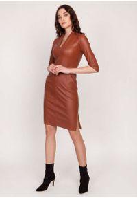 Lanti - Brązowa Dopasowana Skórzana Sukienka z Dekoltem V. Kolor: brązowy. Materiał: skóra
