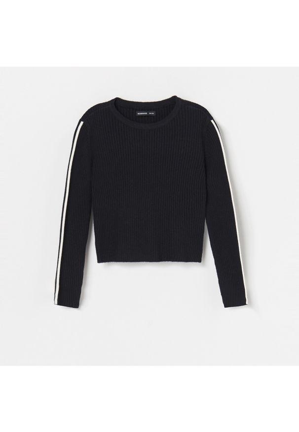 Szary sweter Reserved z kontrastowym kołnierzykiem