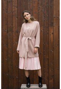 Różowy sweter VEVA na jesień, w kolorowe wzory, długi, klasyczny