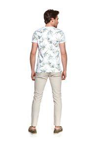 TOP SECRET - T-shirt z nadrukiem w liście. Okazja: na co dzień. Kolor: biały. Materiał: tkanina, bawełna. Długość rękawa: krótki rękaw. Długość: krótkie. Wzór: nadruk. Sezon: lato. Styl: casual, wakacyjny