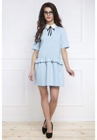 e-margeritka - Sukienka baskinka z krótkim rękawem niebieska - 38. Okazja: do pracy, na spotkanie biznesowe. Kolor: niebieski. Materiał: poliester, nylon, elastan. Długość rękawa: krótki rękaw. Typ sukienki: baskinki. Styl: biznesowy, elegancki