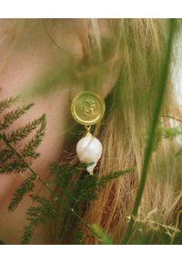 HERMINA ATHENS - Kolczyki z naturalną perłą Hercules Lost Sea. Materiał: srebrne, pozłacane, złote. Kolor: biały. Kamień szlachetny: perła