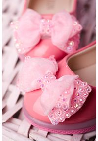 Casu - różowe baleriny lakierowane na rzep z kokardą i kryształkami casu 506-6b. Zapięcie: rzepy. Kolor: różowy. Materiał: lakier