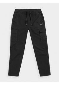 4f - Spodnie casual cargo chłopięce. Okazja: na co dzień. Kolor: czarny. Materiał: bawełna, dzianina, tkanina. Sezon: lato. Styl: casual