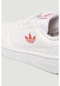 Białe buty sportowe adidas Originals z okrągłym noskiem, na sznurówki