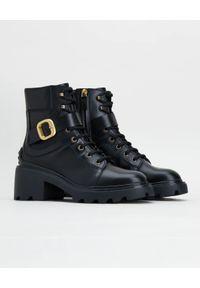 TOD'S - Czarne skórzane botki z klamrą. Nosek buta: okrągły. Zapięcie: klamry. Kolor: czarny. Materiał: skóra. Wzór: gładki. Obcas: na obcasie. Wysokość obcasa: średni