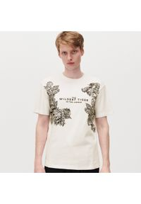 Kremowy t-shirt Reserved z nadrukiem