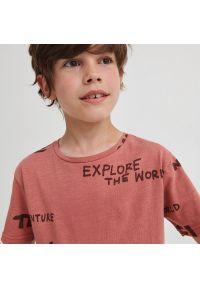 Reserved - Bawełniany t-shirt z napisami - Różowy. Kolor: różowy. Materiał: bawełna. Wzór: napisy