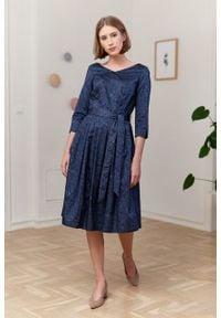 Marie Zélie - Sukienka Elina Idella granatowa. Kolor: niebieski. Materiał: satyna, materiał, bawełna. Długość rękawa: krótki rękaw. Typ sukienki: rozkloszowane. Styl: klasyczny