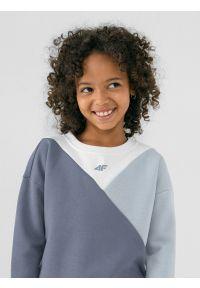 4f - Bluza dresowa nierozpinana bez kaptura dziewczęca. Typ kołnierza: bez kaptura. Kolor: niebieski. Materiał: dresówka