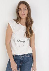 Born2be - Beżowy T-shirt Sabririla. Kolor: beżowy. Materiał: bawełna, jersey, jeans. Długość rękawa: krótki rękaw. Wzór: napisy, nadruk. Styl: klasyczny