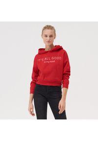 Czerwona bluza Sinsay z kapturem, krótka