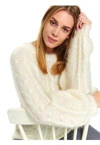 Kremowy sweter TOP SECRET z okrągłym kołnierzem, w kolorowe wzory, elegancki, na zimę