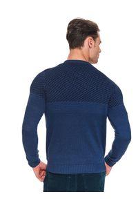 Niebieski sweter TOP SECRET na zimę, w kolorowe wzory, z okrągłym kołnierzem
