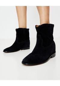 ISABEL MARANT - Botki Crisi na ukrytym koturnie 5 cm. Wysokość cholewki: za kostkę. Nosek buta: okrągły. Kolor: czarny. Materiał: jeans, materiał, zamsz. Obcas: na koturnie. Styl: klasyczny