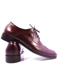 Modini - Bordowe brogsy męskie - buty wizytowe T6. Kolor: czerwony. Materiał: skóra, syntetyk. Styl: wizytowy