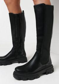 Born2be - Czarne Kozaki Nythiza. Okazja: na co dzień. Wysokość cholewki: przed kolano. Nosek buta: okrągły. Zapięcie: zamek. Kolor: czarny. Materiał: materiał. Szerokość cholewki: normalna. Styl: elegancki, casual