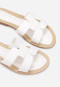 Born2be - Białe Klapki Caphanorus. Nosek buta: okrągły. Kolor: biały. Wzór: aplikacja. Sezon: lato #2