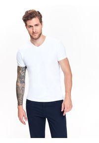TOP SECRET - T-shirt męski w serek z elastycznej dzianiny. Typ kołnierza: dekolt w serek. Kolor: biały. Materiał: dzianina. Długość rękawa: krótki rękaw. Długość: krótkie. Wzór: gładki