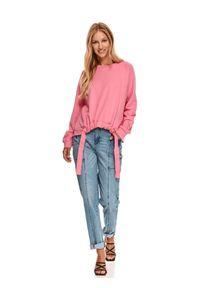 TOP SECRET - Luźna bluza z wiązaniem. Okazja: na co dzień. Kolor: różowy. Materiał: dzianina. Długość rękawa: długi rękaw. Długość: długie. Wzór: gładki, aplikacja. Sezon: jesień. Styl: casual
