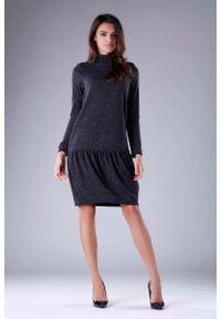 Nommo - Czarna Dzianinowa Sukienka z Golfem z Obniżoną Talią. Typ kołnierza: golf. Kolor: czarny. Materiał: dzianina
