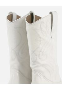 ESSEutESSE Milano - Białe kowbojki ze skóry. Kolor: biały. Materiał: skóra. Szerokość cholewki: normalna. Wzór: gładki, aplikacja. Obcas: na obcasie. Wysokość obcasa: średni