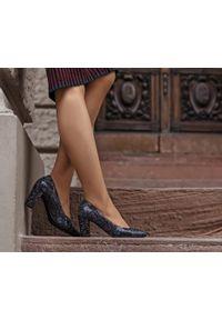 Zapato - czółenka w szpic - skóra naturalna - model 972/1 - kolor motyw aztecki. Okazja: do pracy, na imprezę. Materiał: skóra. Wzór: kwiaty, kolorowy. Obcas: na obcasie. Styl: klasyczny, elegancki. Wysokość obcasa: średni