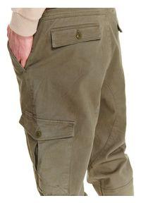 Zielone spodnie TOP SECRET casualowe, w kolorowe wzory