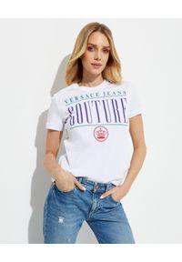 Versace Jeans Couture - VERSACE JEANS COUTURE - Biały t-shirt z logo. Okazja: na co dzień, na imprezę. Kolor: biały. Materiał: bawełna. Wzór: kolorowy, nadruk, aplikacja. Styl: casual