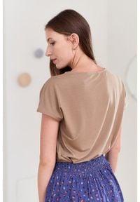 Marie Zélie - Bluzka Kordelia beżowa. Kolor: beżowy. Materiał: elastan, wiskoza, skóra, materiał. Długość rękawa: krótki rękaw. Długość: krótkie