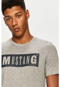 Szary t-shirt Mustang casualowy, z okrągłym kołnierzem