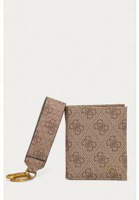 Guess - Portfel + brelok. Kolor: brązowy. Materiał: materiał