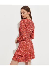 HEDONIC - Czerwona sukienka w róże Rosalie. Okazja: na co dzień. Kolor: czerwony. Materiał: wiskoza. Długość rękawa: długi rękaw. Wzór: kwiaty. Typ sukienki: kopertowe. Styl: casual. Długość: mini