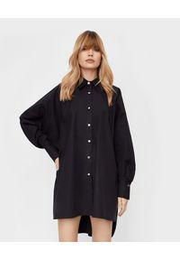 THECADESS - Czarna koszula oversize Oslo. Okazja: na co dzień. Kolor: czarny. Długość: długie. Wzór: aplikacja. Styl: klasyczny, elegancki, casual