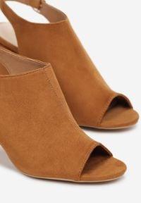 Born2be - Camelowe Sandały Rhethiphis. Nosek buta: okrągły. Zapięcie: klamry. Materiał: skóra ekologiczna. Wzór: gładki, aplikacja. Obcas: na słupku. Styl: elegancki