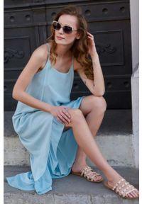 Makadamia - Długa Asymetryczna Sukienka na Ramiączkach - Błękitna. Kolor: niebieski. Materiał: wiskoza. Długość rękawa: na ramiączkach. Typ sukienki: asymetryczne. Długość: maxi