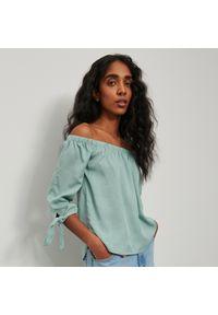Zielona bluzka Reserved z dekoltem typu hiszpanka