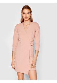 Różowa sukienka Rinascimento na co dzień, prosta, casualowa