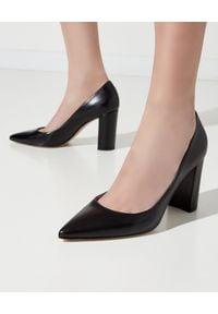 GIANVITO ROSSI - Czarne buty Piper. Okazja: na spotkanie biznesowe. Kolor: czarny. Obcas: na obcasie. Styl: wizytowy, biznesowy. Wysokość obcasa: średni