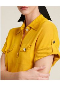 Luisa Spagnoli - LUISA SPAGNOLI - Żółta koszulka polo z kieszeniami Carato. Typ kołnierza: polo. Kolor: żółty. Materiał: jeans, prążkowany. Wzór: aplikacja. Sezon: wiosna. Styl: klasyczny