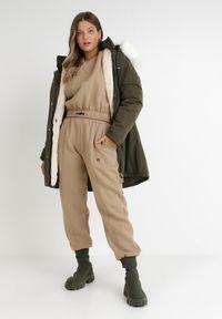 Born2be - Ciemnozielona Kurtka Desoya. Kolekcja: plus size. Kolor: zielony. Materiał: futro. Długość: długie