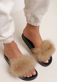 Renee - Camelowe Klapki Phrilia. Nosek buta: otwarty. Materiał: jeans, koronka, futro, guma. Wzór: koronka, aplikacja. Sezon: lato