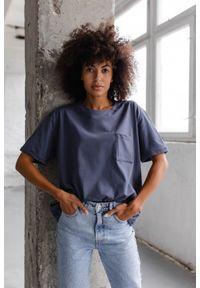 Marsala - T-shirt damski w kolorze niebieskim z kieszonką SPLIT INDYGO BY MARSALA. Kolor: niebieski. Materiał: jeans, bawełna. Długość rękawa: krótki rękaw. Długość: krótkie