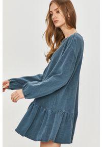 Answear Lab - Sukienka. Kolor: niebieski. Materiał: dzianina. Długość rękawa: długi rękaw. Wzór: gładki. Typ sukienki: rozkloszowane. Styl: wakacyjny