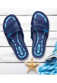 LANO - Klapki młodzieżowe basenowe Lano KL-3-3060-1 Granatowe. Okazja: na plażę. Zapięcie: bez zapięcia. Kolor: niebieski. Materiał: guma. Obcas: na obcasie. Wysokość obcasa: niski. Sport: pływanie
