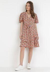 Born2be - Zielono-Czerwona Sukienka Cherithia. Kolor: zielony. Materiał: tkanina, skóra. Długość rękawa: krótki rękaw. Wzór: kwiaty. Typ sukienki: kopertowe, rozkloszowane. Długość: mini