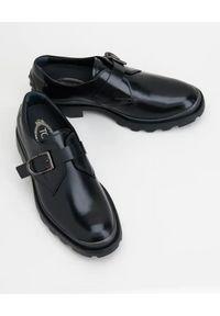 TOD'S - Czarne moki ze skóry. Okazja: na co dzień. Nosek buta: okrągły. Zapięcie: klamry. Kolor: czarny. Materiał: skóra. Styl: wizytowy, casual