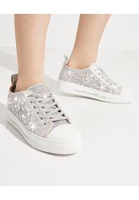 RENE CAOVILLA - Sneakersy z kryształami Swarovskiego Cinderella. Kolor: szary. Materiał: guma, koronka. Szerokość cholewki: normalna. Wzór: koronka